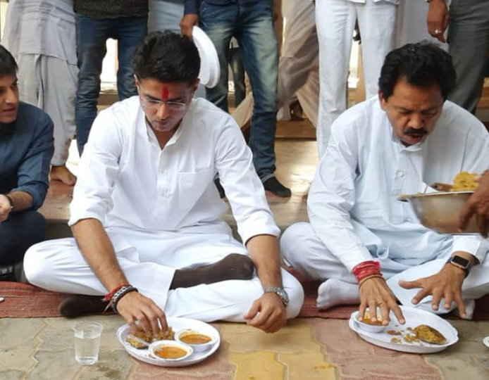 राजस्थान / पायलट ने जमीन पर बैठकर खाया खाना